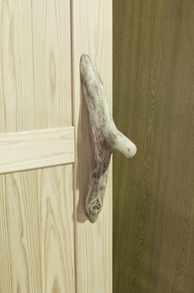 自然木を用いたドアの取っ手